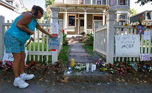 Nainen toi muistolauseen talolle, jossa Williamsin tähdittämää tv-sarjaa Mork & Mindy kuvattiin. Talo sijaitsee Boulderissa, Coloradosssa.