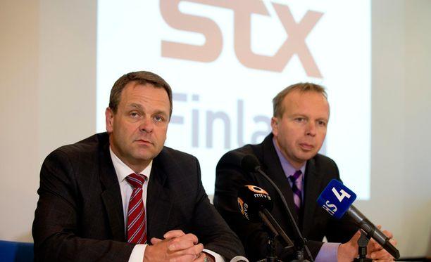 Elinkeinoministeri Jan Vapaavuori (kok, vasemmalla) ja STX Finlandin varatoimitusjohtaja Jari Anttila puhuivat STX:n Turun telakalla tammikuussa.