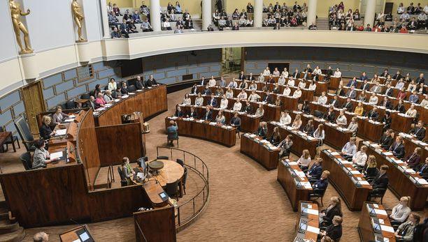 Eduskuntatalo oli perjantaina täynnä yläkouluikäisiä nuoria, kun eduskunnassa järjestettiin nuorten parlamentin istunto. Kansanedustajat seurasivat lehtereiltä käsin kyselytuntia, jossa nuoret pääsivät esittämään kysymyksiä ministereille.