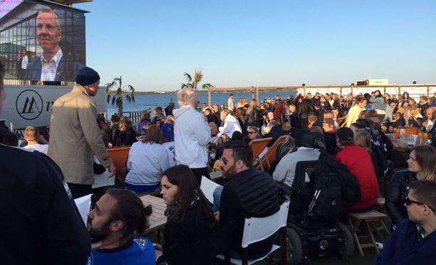 Hernesaaren rannan ulkoilmakisakatsomo osoittautui huippusuosituksi. Lauantaina katsojia oli Suomen pelissä noin 2000, sunnuntain finaalissa jo 2500-3000. Aurinkokin helli vielä iltayhdeksältä.