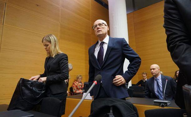 Valelääkäri Esa Laiho ja hänen toinen asianajajansa Hanna Kylmäniemi oikeussalissa.
