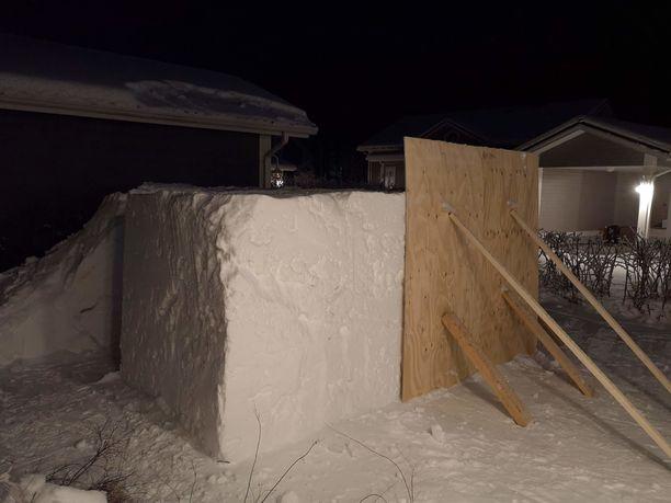 Lasse käytti kolatessa ja saunaa tehdessä vanerilevyjä apuna saadakseen seinistä tukevat ja tasaiset.
