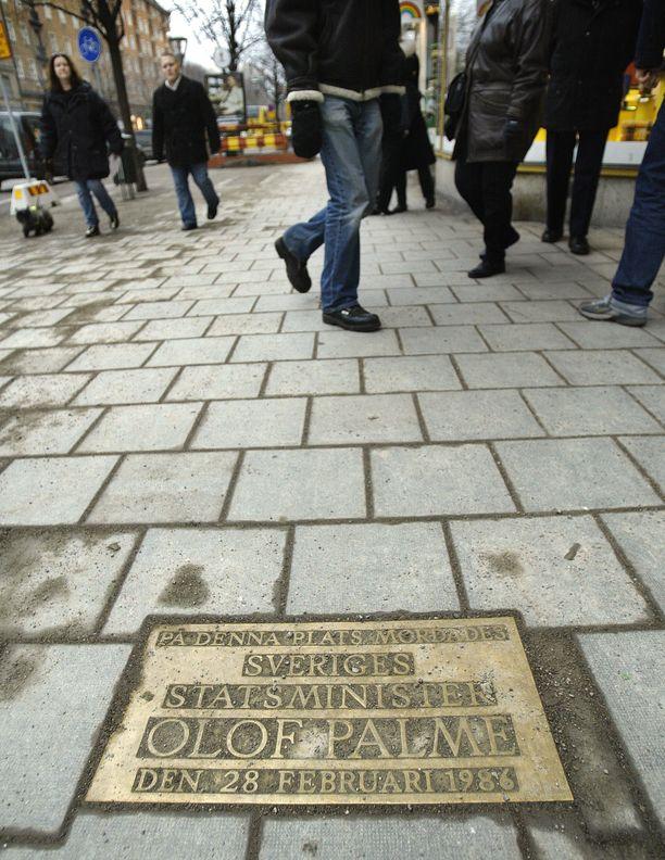 Olof Palmen murhan muistolaatta Sveavägenin ja Tunnelgatanin kulmalla.