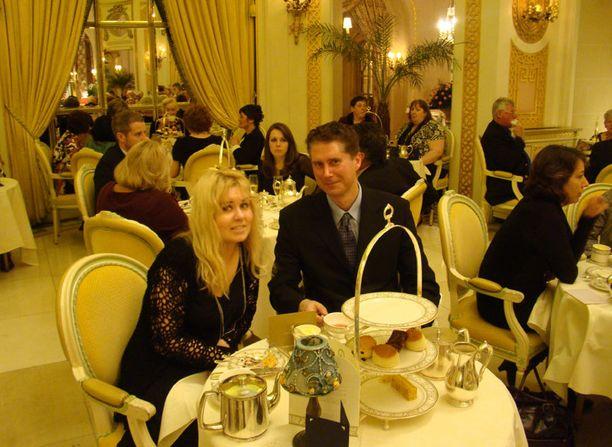 """The Ritz-ravintola Lontoossa on 007-kohde Raymond Bensonin kirjoittamasta Bond-novellista """"Live at Five"""" (1999). Bond menee tapaamaan naistuttavaansa ravintolaan. Myös Bond-näyttelijä Sir Roger Moore on aterioinut täällä. 007 Travelers vieraili täällä marraskuussa 2010."""