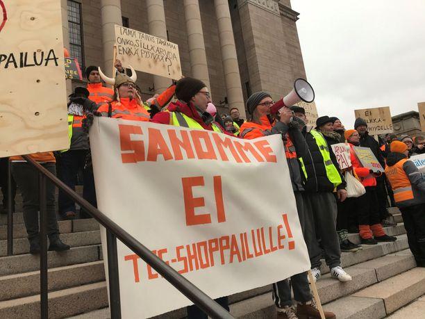 Eduskuntatalon portailla järjestettiin torstaina mielenosoitus.