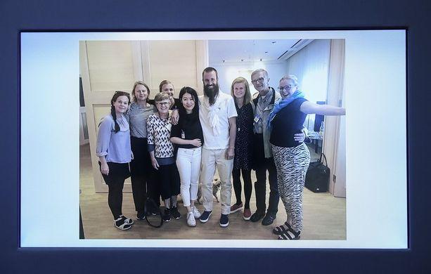 Ruotsalainen Johan Gustafsson (keskellä) oli al-Qaidan panttivankina Malissa. Hän palasi Ruotsiin maanantaina.