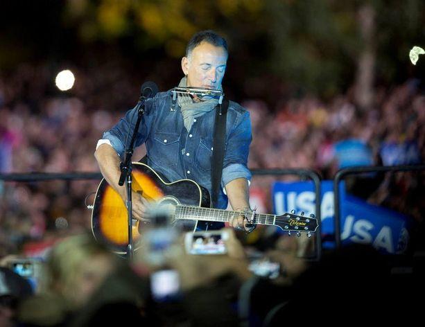 Bruce Springsteen esiintyi Clintonin vaalitilaisuudessa. Toinen esiintyjä oli Jon Bon Jovi.
