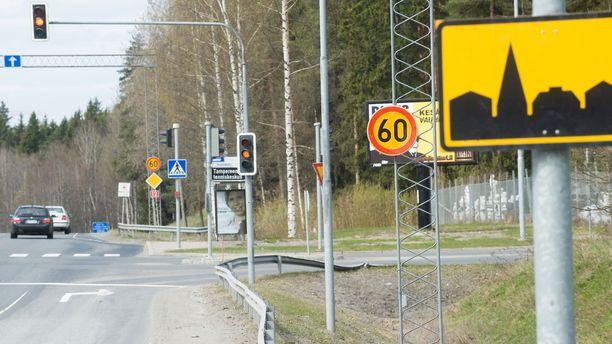 Taajamamerkki tarkoittaa ilman lisämerkkejä 50 km/h:n nopeusrajoitusta, mutta 20-60 metriä sen jälkeen voi olla enintään 60 km/h:n paikkakohtainen rajoitusmerkki. Kuva on Tampereelta.