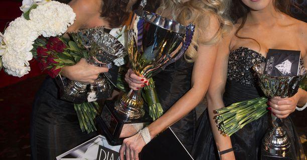 Miss Helsinki -kisaajaa syytetään tapon yrityksestä. Kuvan naiset eivät liity tapaukseen.