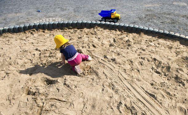 Lapset viettävät pidempiä kesälomia päiväkodeista.
