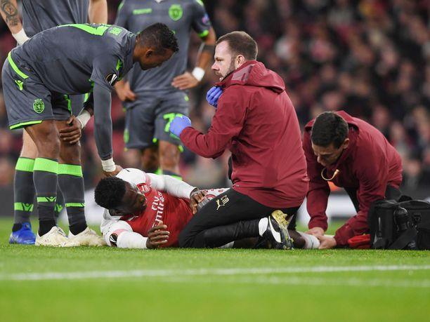 Arsenalin Danny Welbeck loukkasi jalkansa torstaina Sportingia vastaan pelatussa Eurooppa-liigan ottelussa. Manchester United -vuosilta tuttu joukkuetoveri Nani lohdutti tuskissaan kentän pinnassa maannutta Welbeckiä.