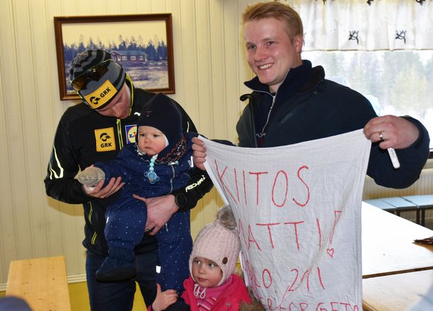 Matti Heikkinen (vas.) nappasi syliin kaimansa Matin. Matti-pojan isä Antti Hyvönen muikisteli vieressä yhdessä tyttärensä Marian kanssa.