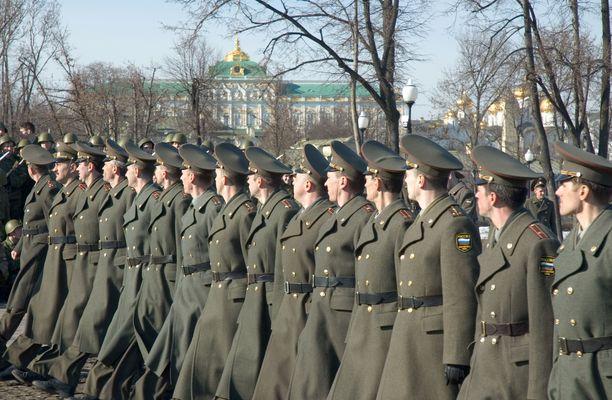 Venäläinen sotilasosasto harjoittelemassa paraatia varten Moskovassa.