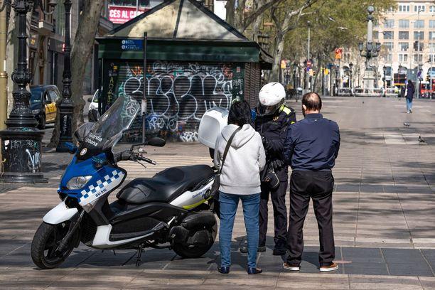Espanjassa poliisi sakottaa asiattomasta ulkona liikkumisesta.