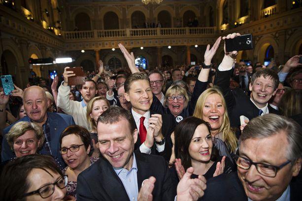"""Kokoomusväki juhli puheenjohtaja Petteri Orpon johdolla Niinistön ylivoimaista voittoa vuoden 2018 presidentinvaaleissa, vaikka Niinistö oli vaaleissa valitsijayhdistyksen ehdokkaana. Orpon mukaan Niinistössä on """"rosoisuutta, ehkä vähän mystiikkaakin""""."""