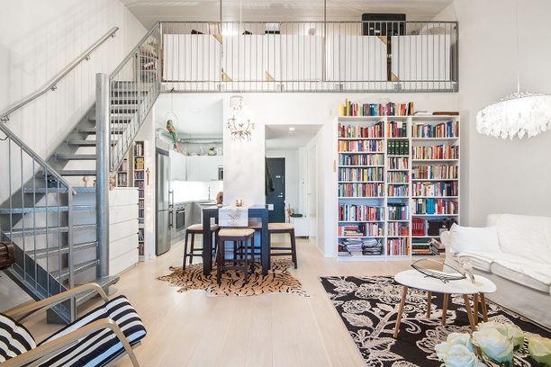 Rohean metalliset portaat ja kaiteet sekä korkea huonekorkeus tekevät tähän kotiin loft-tunnelmaa.