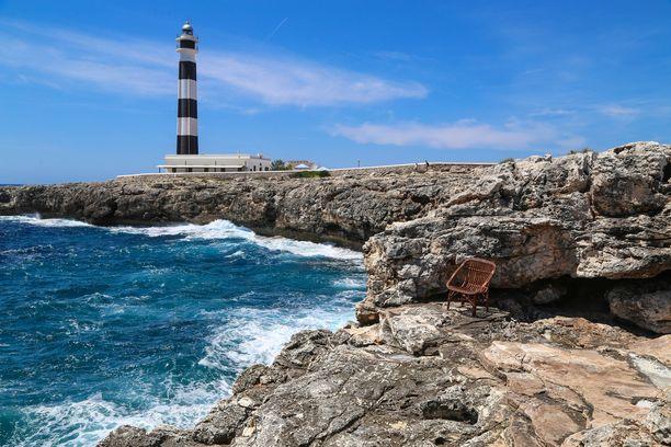 Menorcalla on viisi majakkaa, joista jokaisella on oma luonteensa. Länsirannikon D'Artrutxia ympäröi tyrskyävä meri ja terävät kalliot.