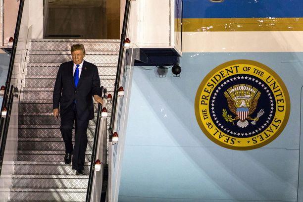 Donald Trump saapui kotimaahansa varhain aamuyöstä keskiviikkona ja meni välittömästi Twitteriin onnittelemaan itseään.