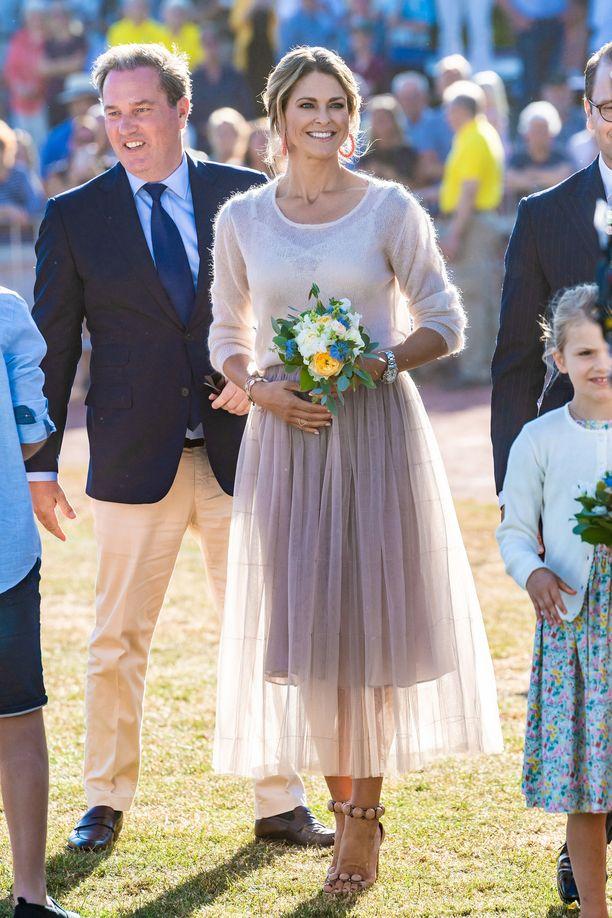 Prinsessa Madeleine juhli kauniissa mekossa ja lämpimässä neuleessa.
