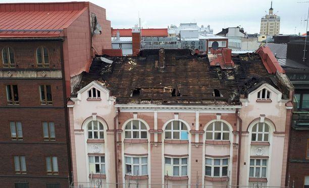 Helsingin Fredrikinkadulla oli viikonloppuna voimakas tulipalo vanhan rakennuksen ullakkotiloissa. Palo kesti useita tunteja.