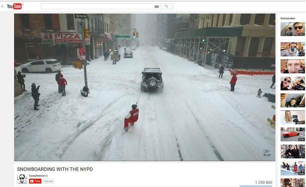 YouTube-tähti Casey Neistat viiletti New Yorkin kaduilla lumilaudalla pahan lumimyrskyn aikaan.