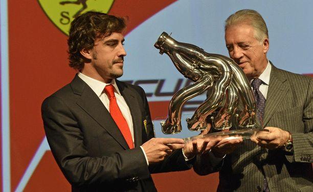 Fernando Alonsolle lupailtiin tilaisuudessa voittaja-autoa.