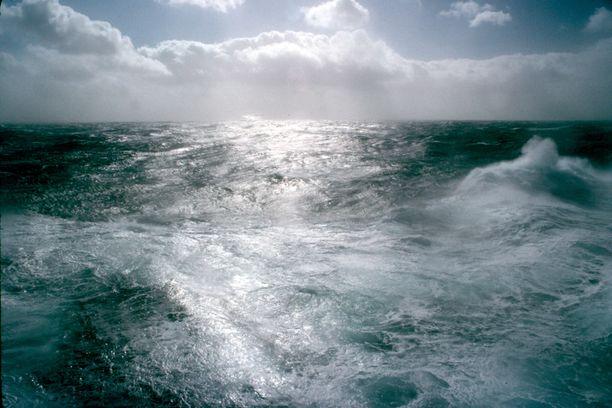 Viime vuoden toukokuussa vene törmäsi noin 45 asteen kulmassa rantaan, nousi kokonaan ilmaan noin puoli metriä ja päätyi lopulta noin viiden metrin päähän rantaviivasta kuivalle maalle. Kuvituskuva.
