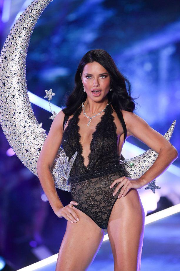 Adriana on vielä 37-vuotiaan uskomattoman upeassa kunnossa.