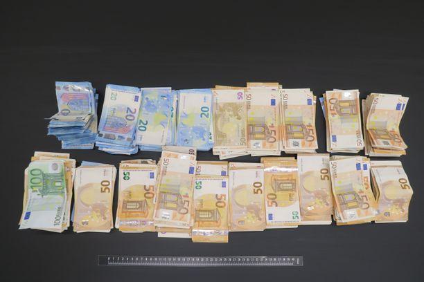 Kotietsintöjen yhteydessä löydettiin kymmeniä tuhansia euroja käteistä rahaa.