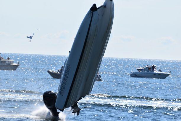 Katamaraani ajautui pois reitiltä ja törmäsi huviveneeseen aiheuttaen yhdelle sen matkustajista vammat, joihin tämä menehtyi. Toinen neljästä kyydissä olleesta loukkaantui. Katamaraani lensi ilmaan.