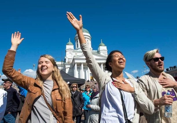 Yhteislaulu raikasi kristillisessä vapputapahtumassa. Senaatintorilla yleisö eli voimakkaasti mukana hengellisten bändien esiintymisissä.
