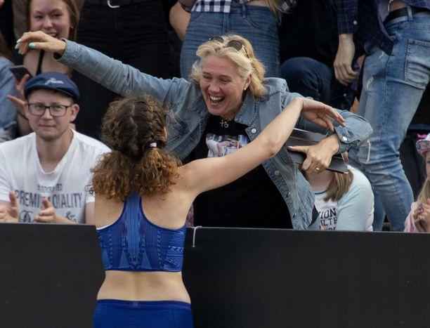 Suomen ennätyksen kokoinen halaus! Ella Junnila riensi äitinsä Ringa Ropon onniteltavaksi Turussa.