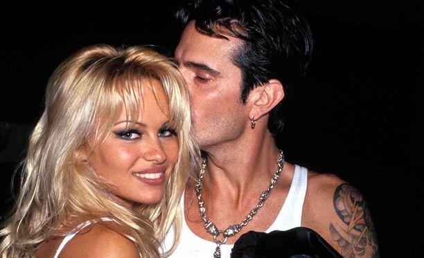Pamela Anderson ja Tommy Lee kohtasivat vuonna 1995. 95 tuntia myöhemmin pariskunta avioitui.