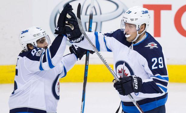 Winnipeg Jetsin Patrik Laine (oik.) rikkoi NHL-utallaan sadan tehopisteen rajan laukomalla kauden 19:nnen maalinsa Buffalossa.
