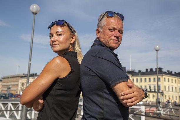 Kilpailijoiden reittitiedot saatuaan etsivät Kristiina Mikkilä ja Ari Huhtinen alkavat analysoida potentiaalisia piilopaikkoja.