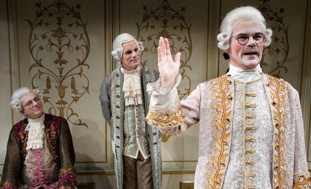 Kungen-näytelmässä Björn Wahlroos järjestää mahtipontiset tupaantuliaiset 1700-luvun hengessä.