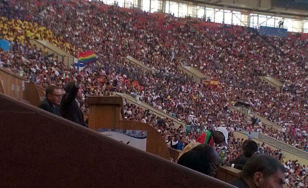 Arhinmäki heilutteli sateenkaarilippua avoimesti Luzhnikin stadionilla Moskovassa.