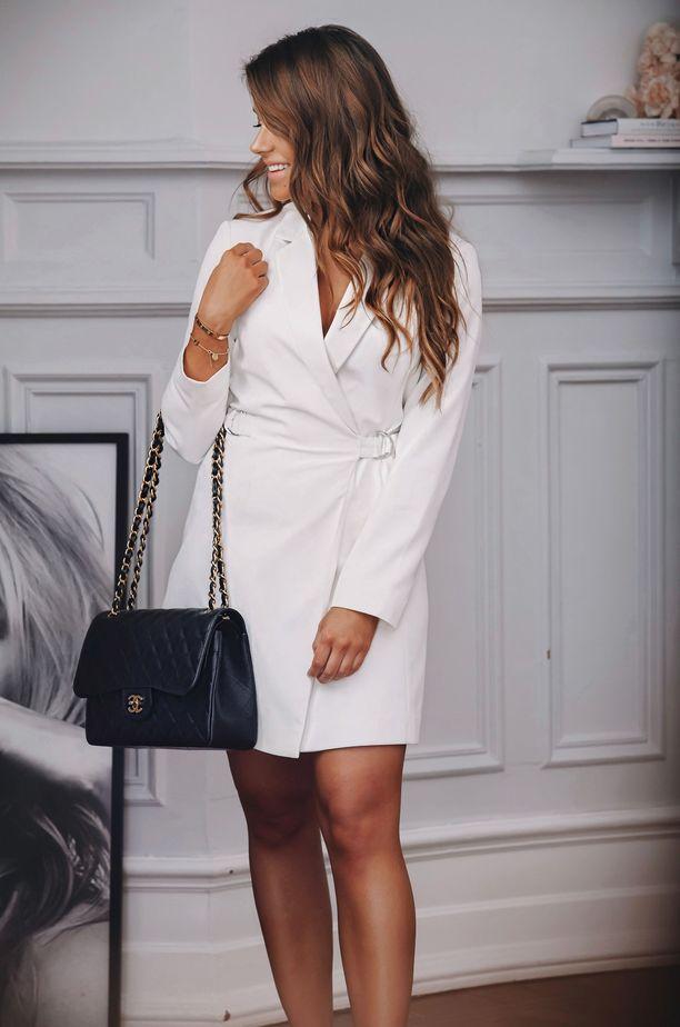Marianna Mäkelän suosikki käsilaukku on Chanelin Jumbo Flap Bag. Valkoinen bleiserimekko on Mariannan suosikki hänen Bubbleroom-mallistostaan.