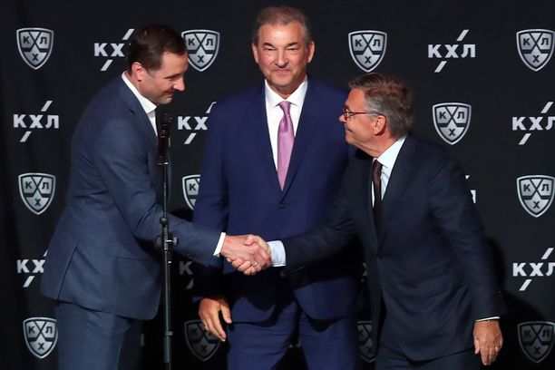KHL:n puheenjohtaja Aleksei Morozov (vas.), Venäjän kiekkoliiton puheenjohtaja Vladislav Tretjak ja IIHF:n puheenjohtaja Rene Fasel (oik.) olivat paikalla KHL-kauden avauksessa Moskovassa.