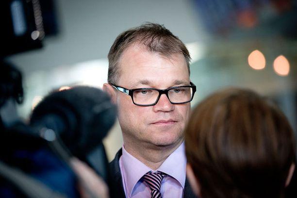- Huoltovarmuuden ja turvallisuuden kannalta elintärkeät sähköverkot olisi pitänyt pitää suomalaisissa käsissä. Valtion omistajapolitiikalta puuttuu visio, totesi Sipilä tiedotteessaan.