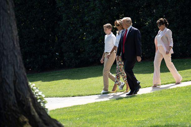 Melania ja Donald Trumpin poika Barron on isoäiti Amalija Knavsin silmäterä.