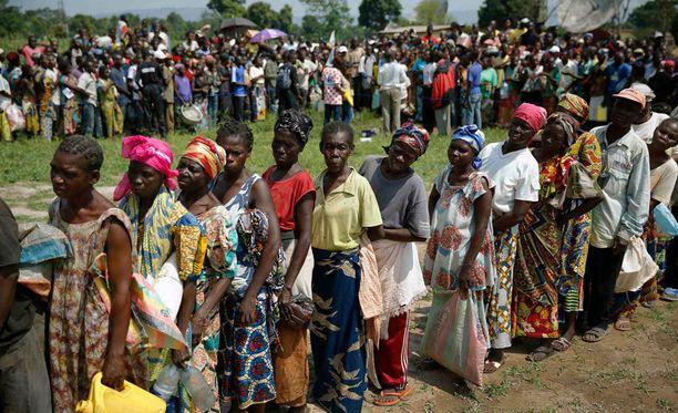 Kodeistaan paenneet ihmiset jonottivat ruokaa viime viikolla Banguissa.