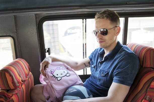 Singmark antoi Korogochon slummissa asuvalle lapselle muistoksi repun.