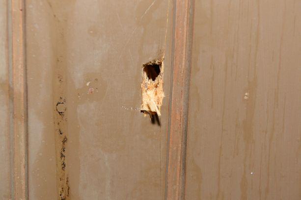 Luodinreikä ammuskelupaikan viereisen kiinteistön seinässä.