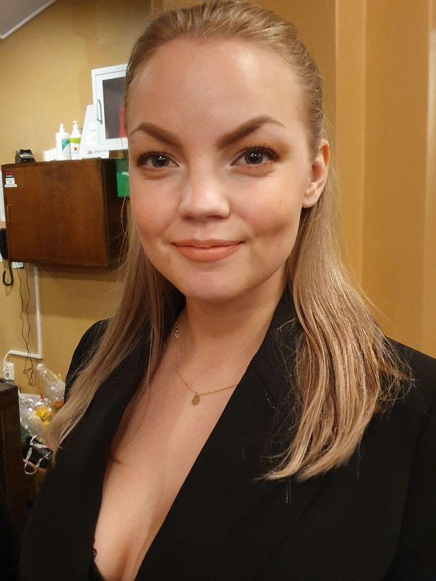 Miisa Nuorgam edusti teatterissa ystävänsä kanssa.
