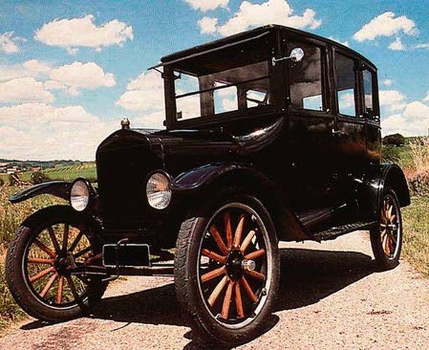 Ford Model T oli ensimmäinen auto, jota valmistettiin teollisesti suurina sarjoina teollisesti.