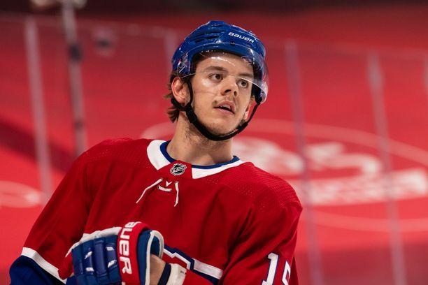 Jesperi Kotkaniemi vaihtaa Canadiensin nutusta Hurricanesin paitaan.
