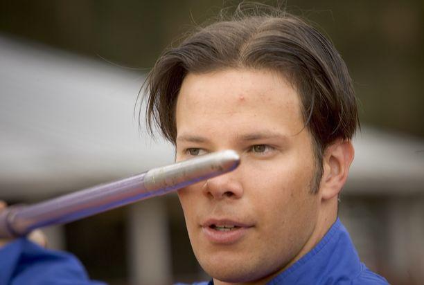 Tero Pitkämäki heitti vuonna 2005 Kuortaneella 91,53. Kuva kyseisen kisan verryttelystä.