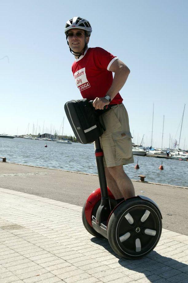 Kesähitti tasapainoskootteri kulkee sähköllä, mutta rinnastetaan säännöissä jalankulkijaan.