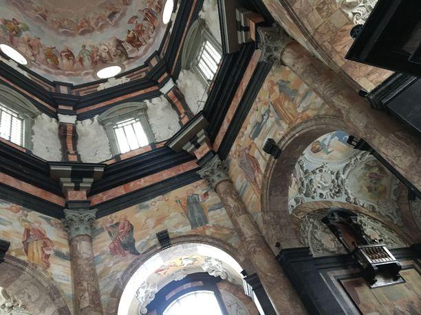 Pažaislisin luostarin kirkko mykistää upeudellaan.